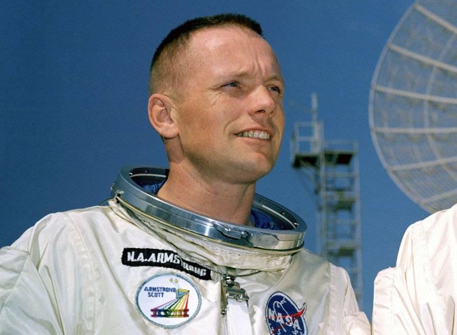 Нил армстронг - космонавт, который первым ступил на внеземную поверхность